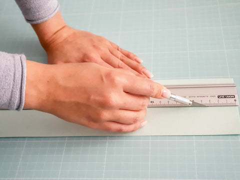 Falzlinie ziehen mit Bastelmesser - Drawing a folding line with a precision craft cutter