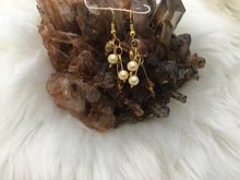 Load image into Gallery viewer, Small gold dangle earring