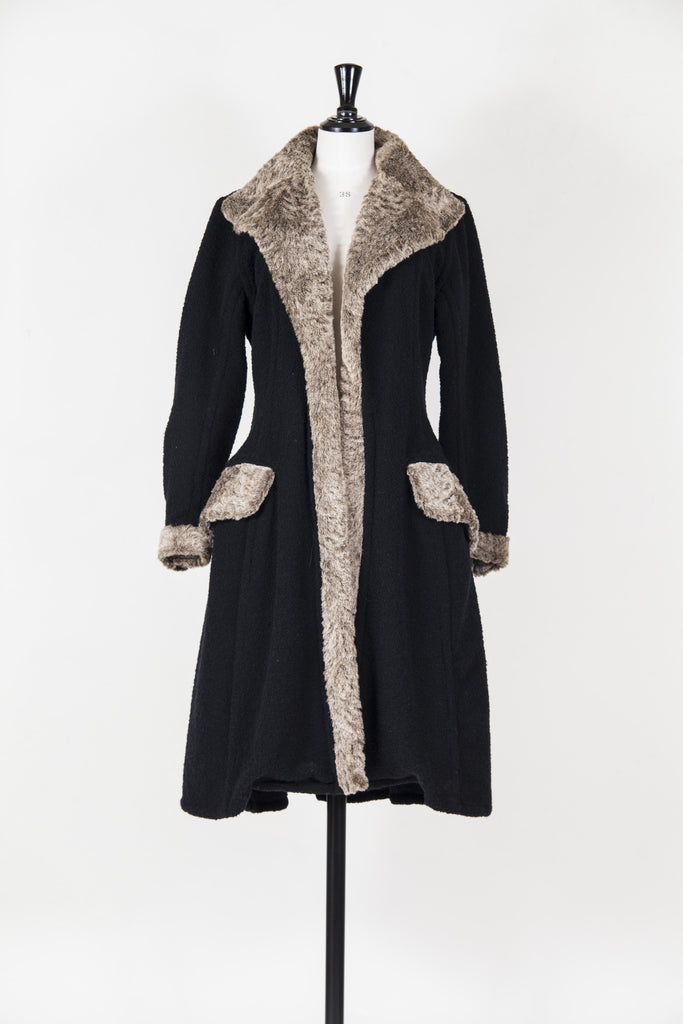 Full-length coat with faux fur trim by Voyage