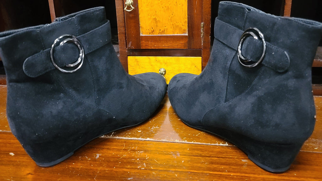 East 5th booties, size 8 black suede Genova NWT