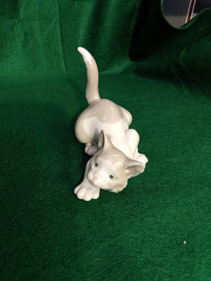 Lladro Attentive Cat figurine #5112, 1981