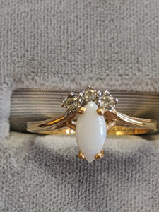 Ring, 18KHGE gold w milk opal and 3 small stones, 15mm