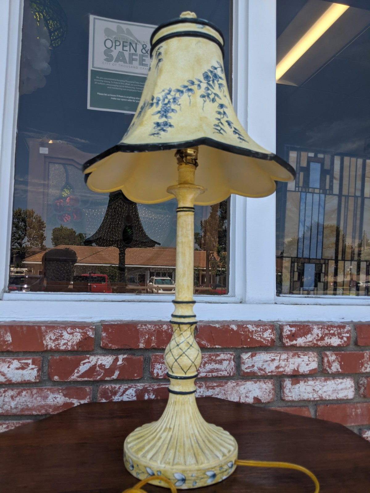 Yellow and white table lamp w ceramic shade