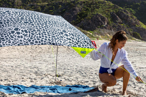 Lady Setting up Fatboy Miasun x Vilebrequin Sun Shade on Beach