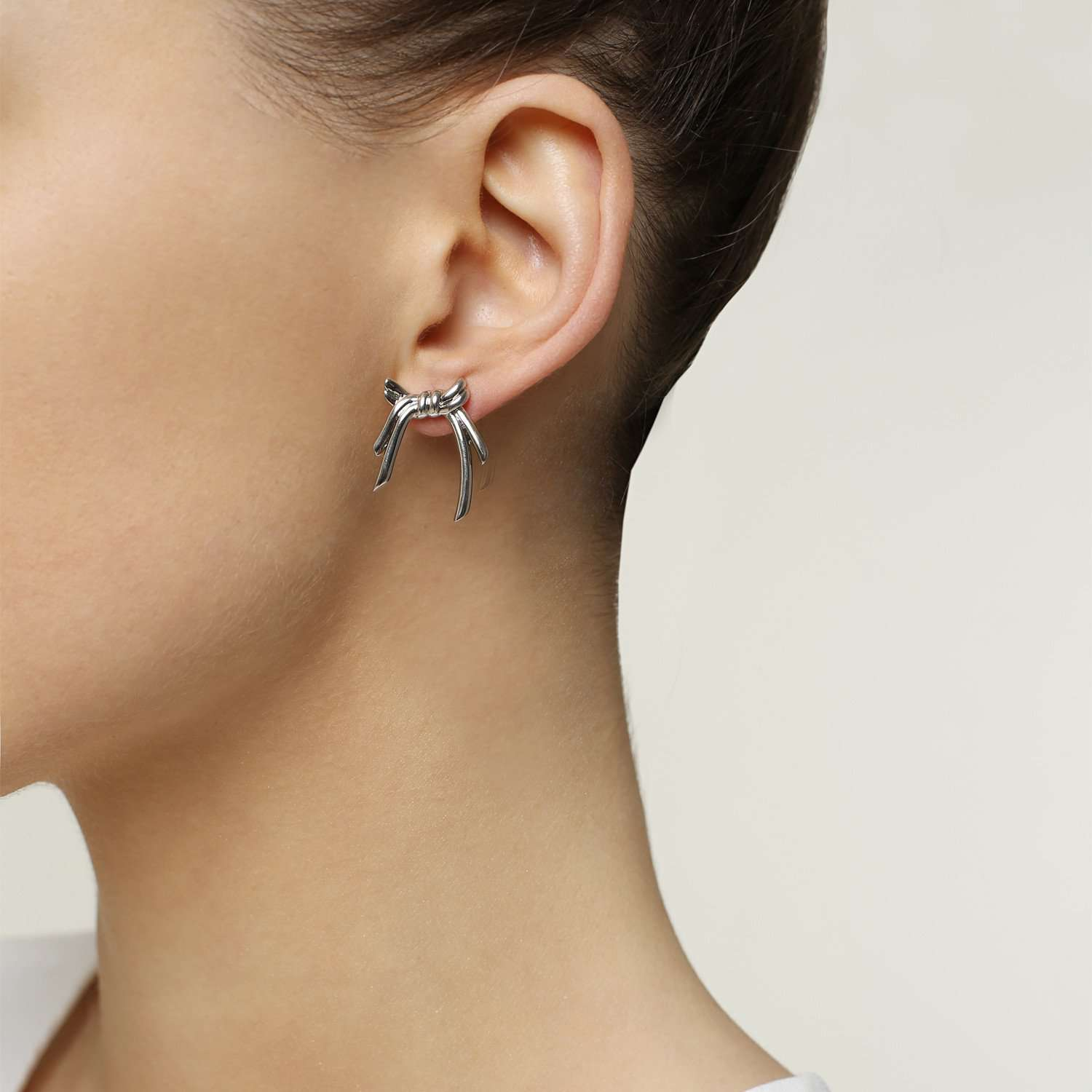 Find out our  white rhodium plated metal earrings.