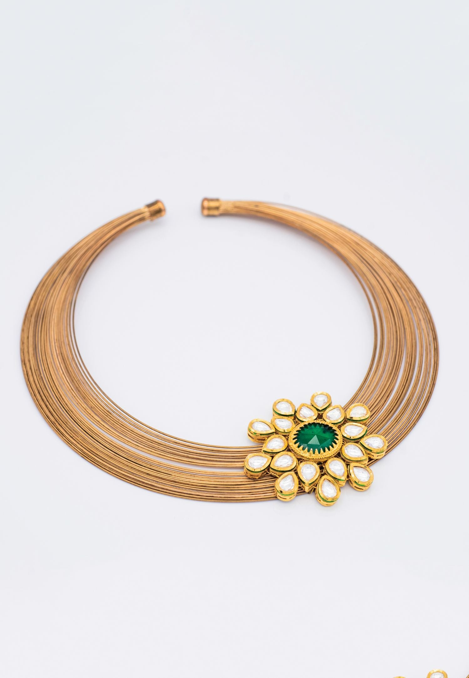 A GOLD FINISH CHOKER NECKLACE STUDDED WITH A KUNDAN PENDANT