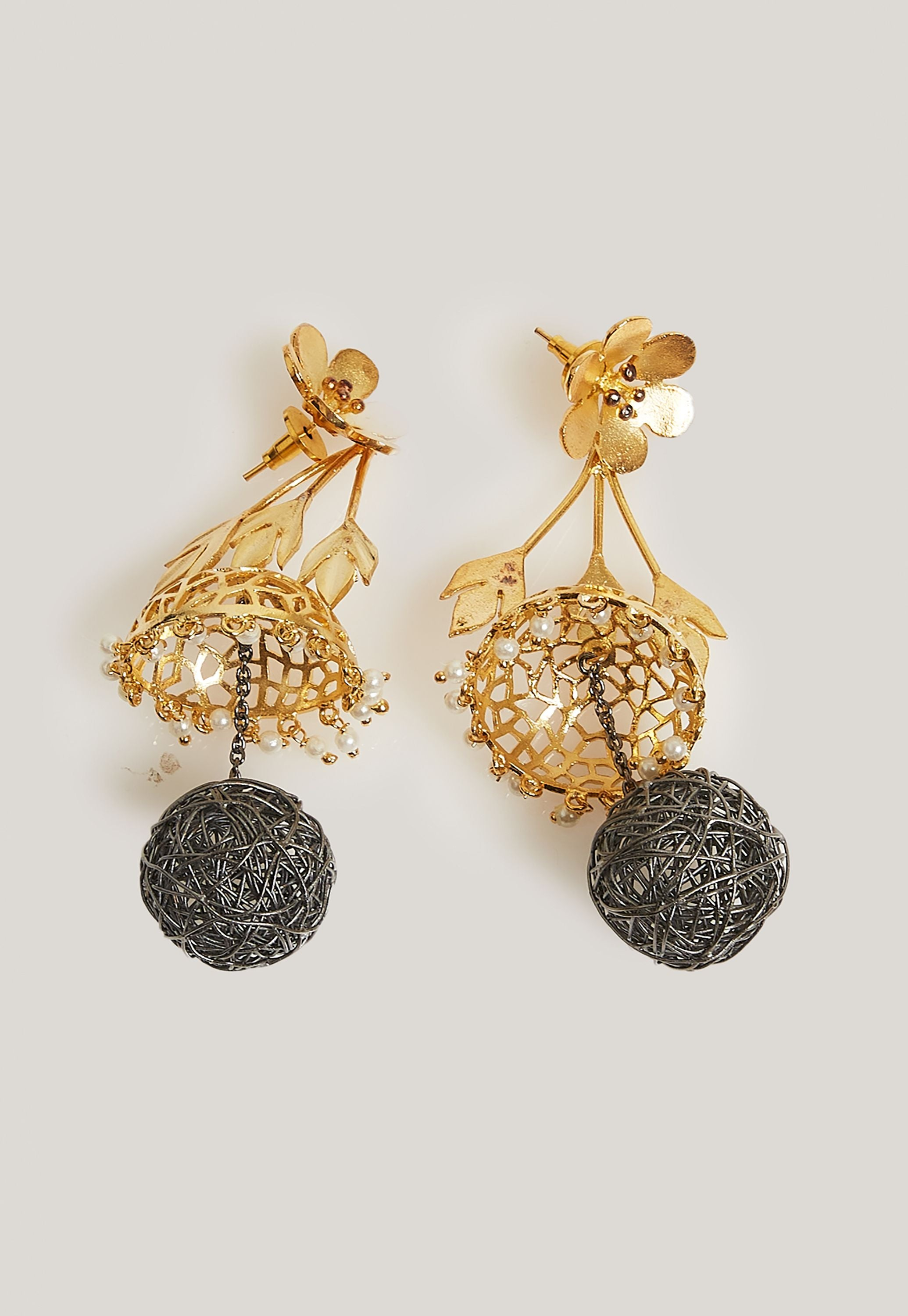 GOLD AND BLACK METAL EARRINGS WITH PEARLS