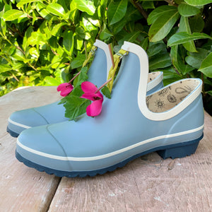 gardening shoe in light blue with pink flower