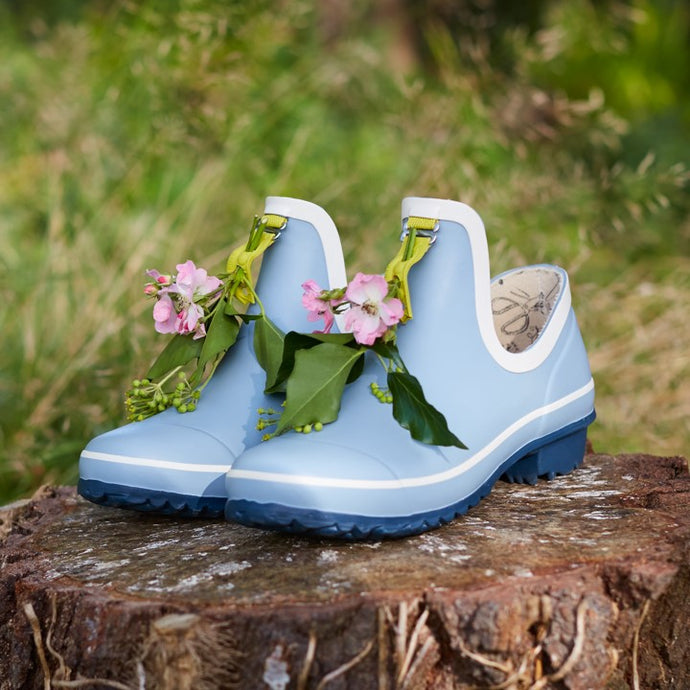 gardening shoe in light blue with flowers