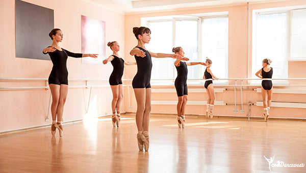 b20b095ee7512 In winter or in cold ballet studios, ballet dancers, especially  professionals, wear different forms of workout clothing called warm-ups. The  dancers could ...
