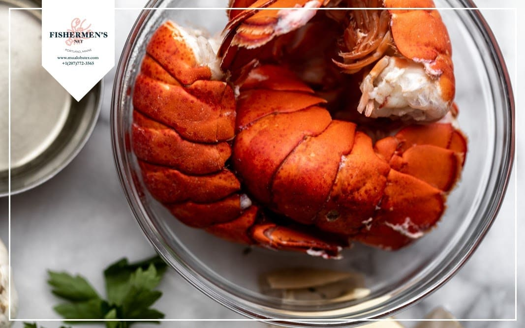 Take out all the lobster tails quickly when they are cooked