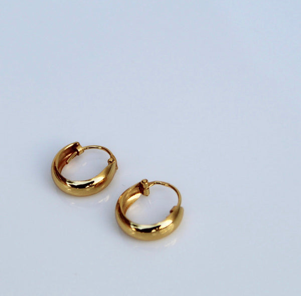 little gold hoop earrings, Gold hoop earrings, huggie earrings, gold huggie earrings, small hoops, small gold hoop earrings, influencer jewelry, blogger jewelry, gifts for her, fashion, style, trendy jewelry by KesleyBoutique.com, Girlwith3jobs.com
