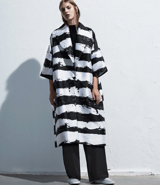 Arethé-Stockholm_striped_coat_cocoon_black_white_jacquard_kimono_oversized_300_womenswear_fashion_kidsofdada