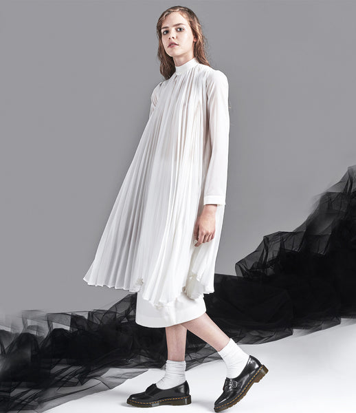 Serafin-Andrzejak_womenswear_white_midi_wool_bespoke_dress_victorian_feminine_high_collar_studs_sophisticated_elegant_kidsofdada