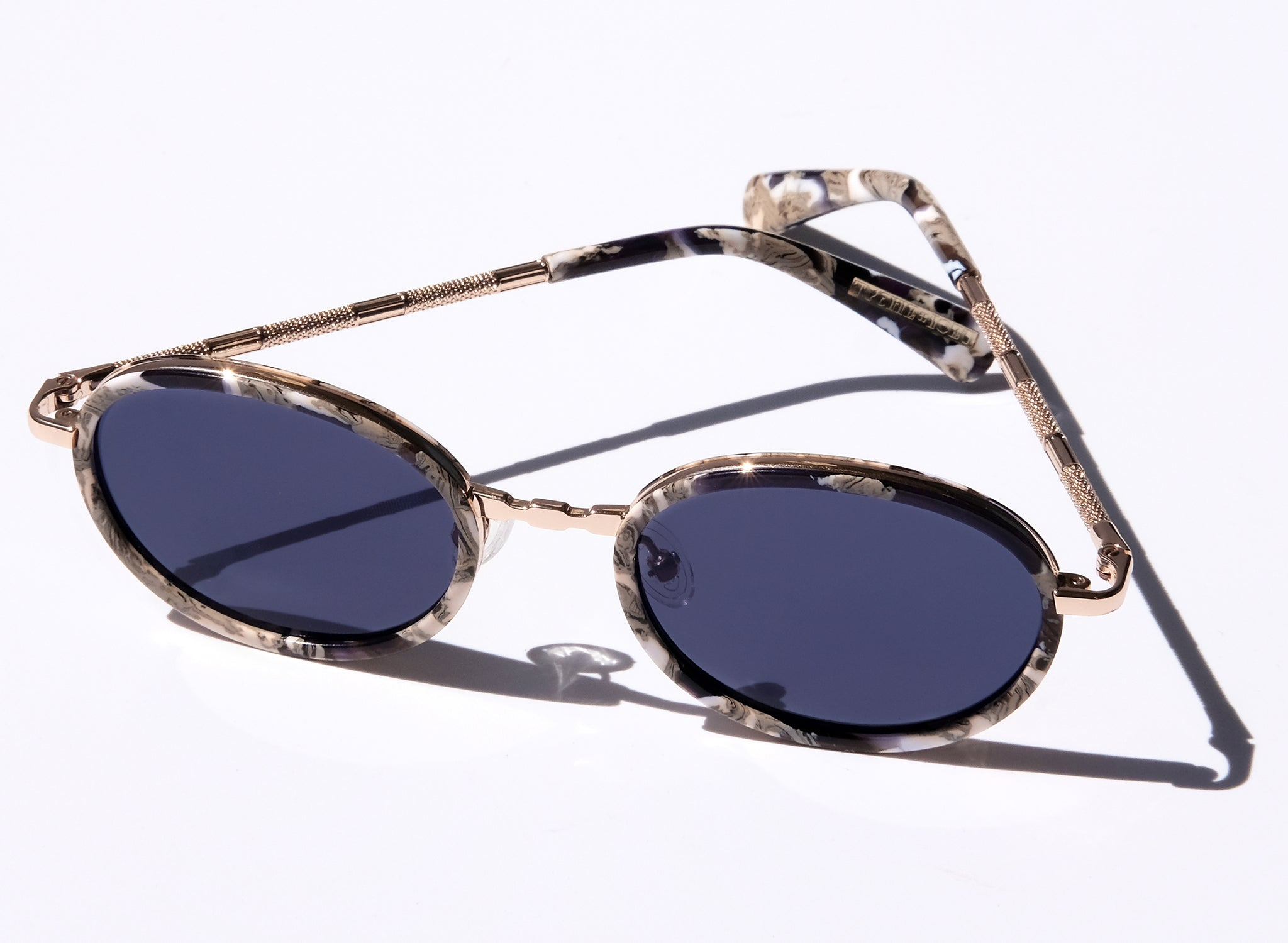 LAS IGUANAS IN KINGDOM. CLASSIC OVAL GOLD SUNGLASSES