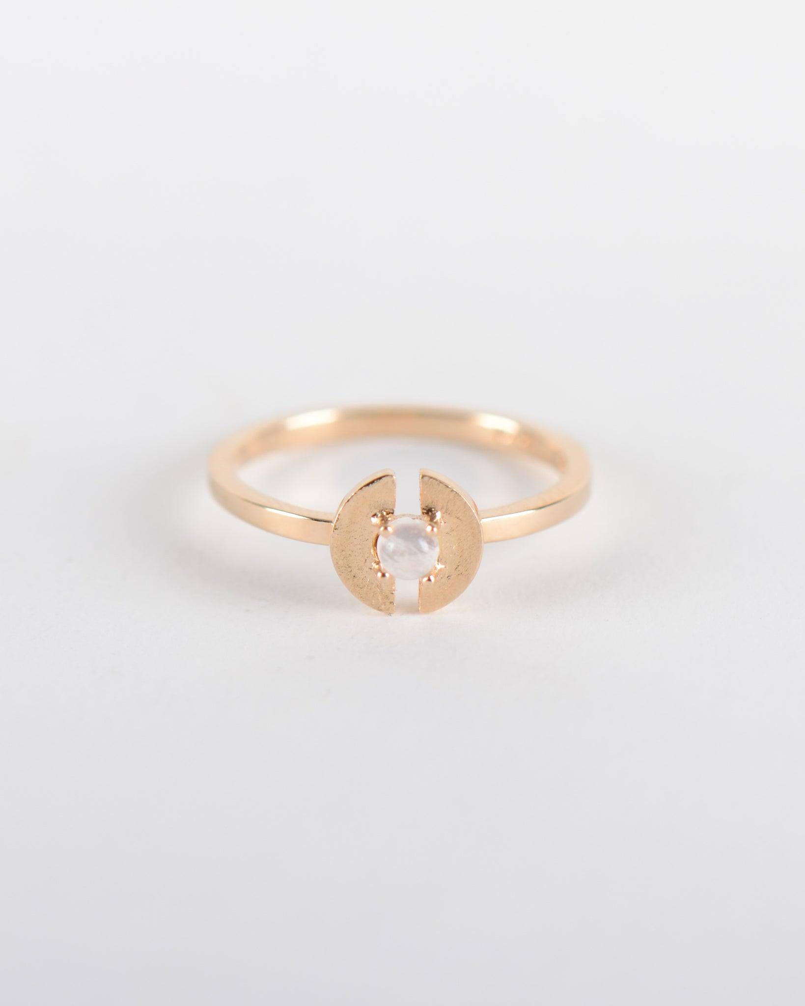 Stein Ring in Yellow Gold with a Moonstone