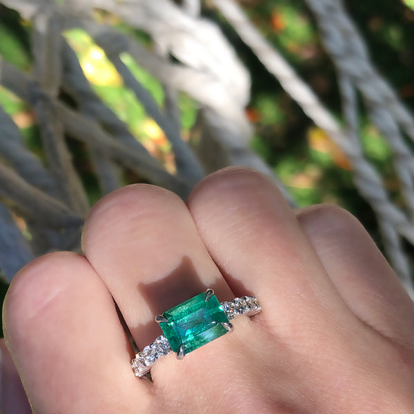 ROYAL EMERALD & DIAMONDS RING