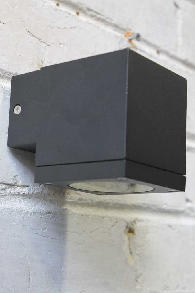 Box exterior wall light to use on residential or commerical buildings