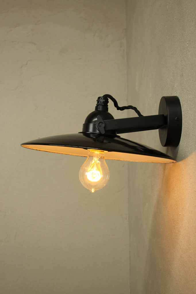 Dish wall light ideal for task lighting thanks to its poised articulated tilt arm