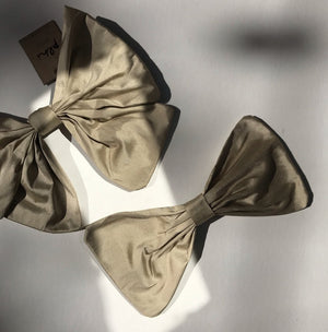 Classic raw silk bow barrette. - Plhi studio
