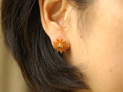 Alex Monroe / chrysanthemum flower earring (g)