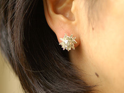 Alex Monroe / chrysanthemum flower earring (s)