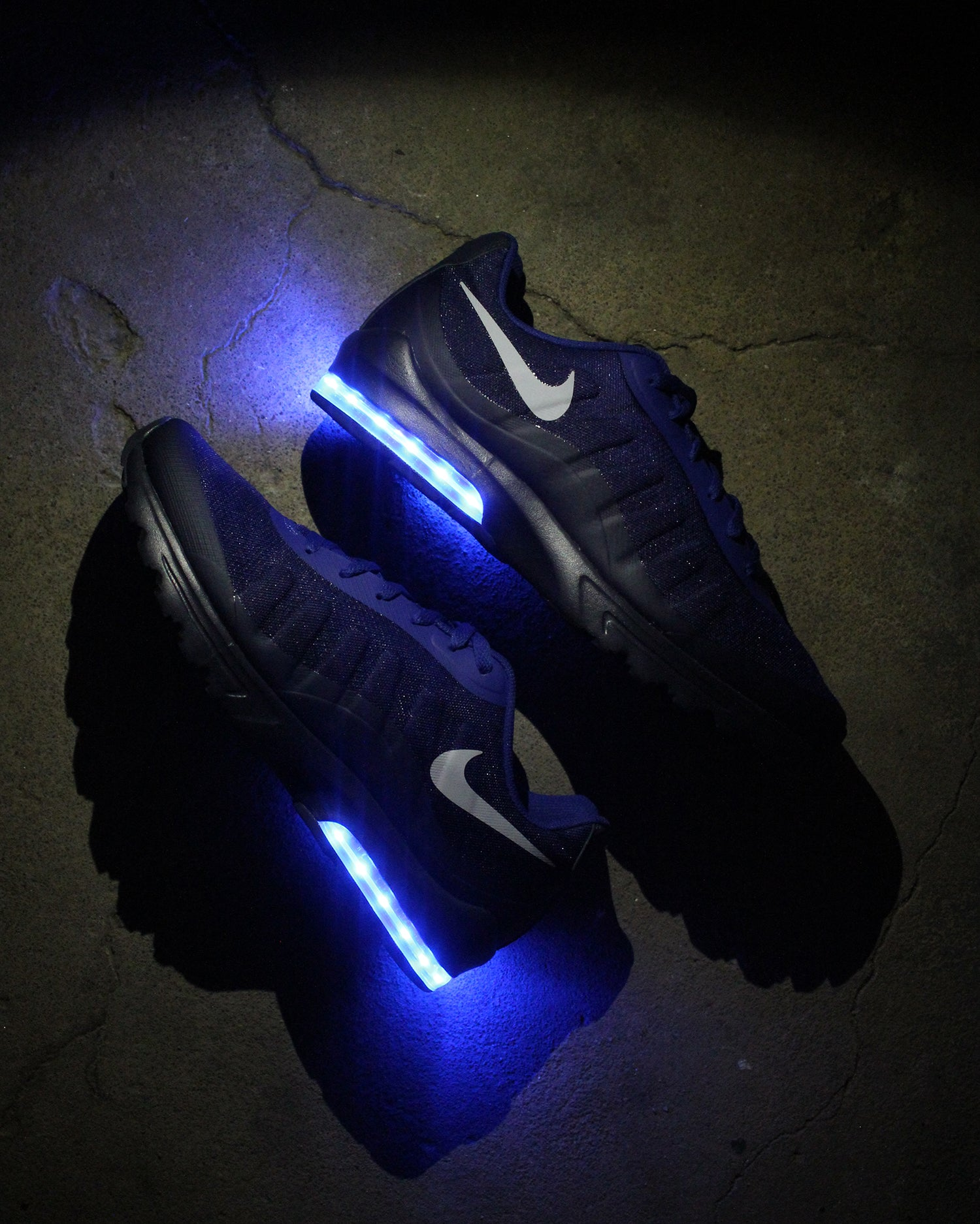 detailed look a61a6 4d8f9 NAVY BLUE NIKE AIR MAX INVIGOR WITH LIGHTS