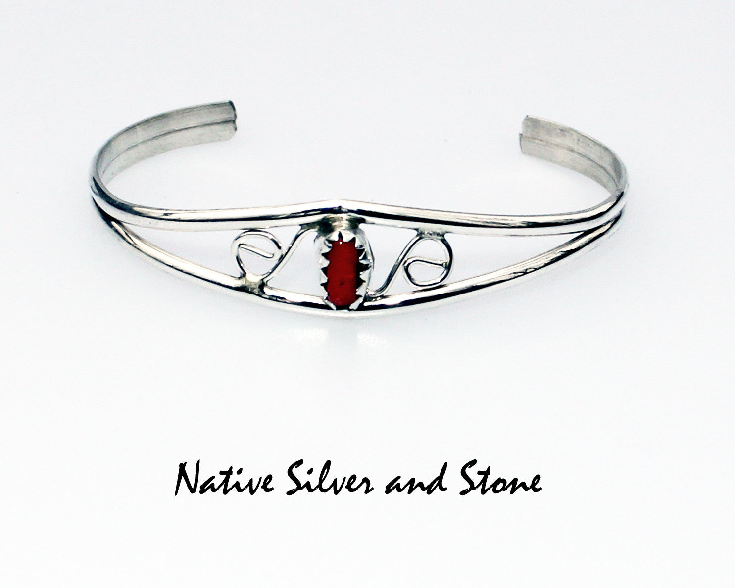 Baby bracelet in silver with coral.
