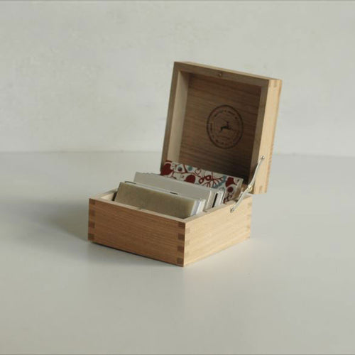 Classiky: Card Case with Lid in Chestnut Wood