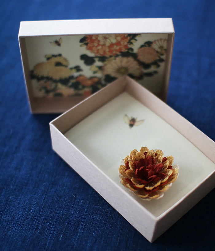 [SOLD OUT] 'hitohana' Linen Flower Brooch {Chrysanthemum}