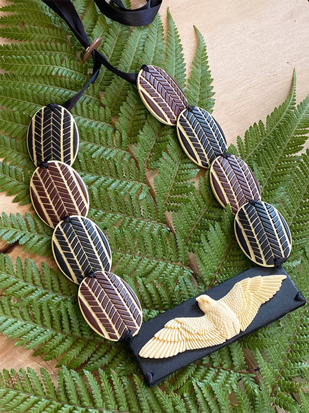Inspired by the need for change, to be fearless, versatile and adaptable like the kārearea Statement kārearea center stage teamed up with a mix of the brown and black weave pattern beads.  Proudly handcrafted 3-dimensional NZ artworks handwoven with double-sided silk satin ribbon finished with an adjustable toggle.