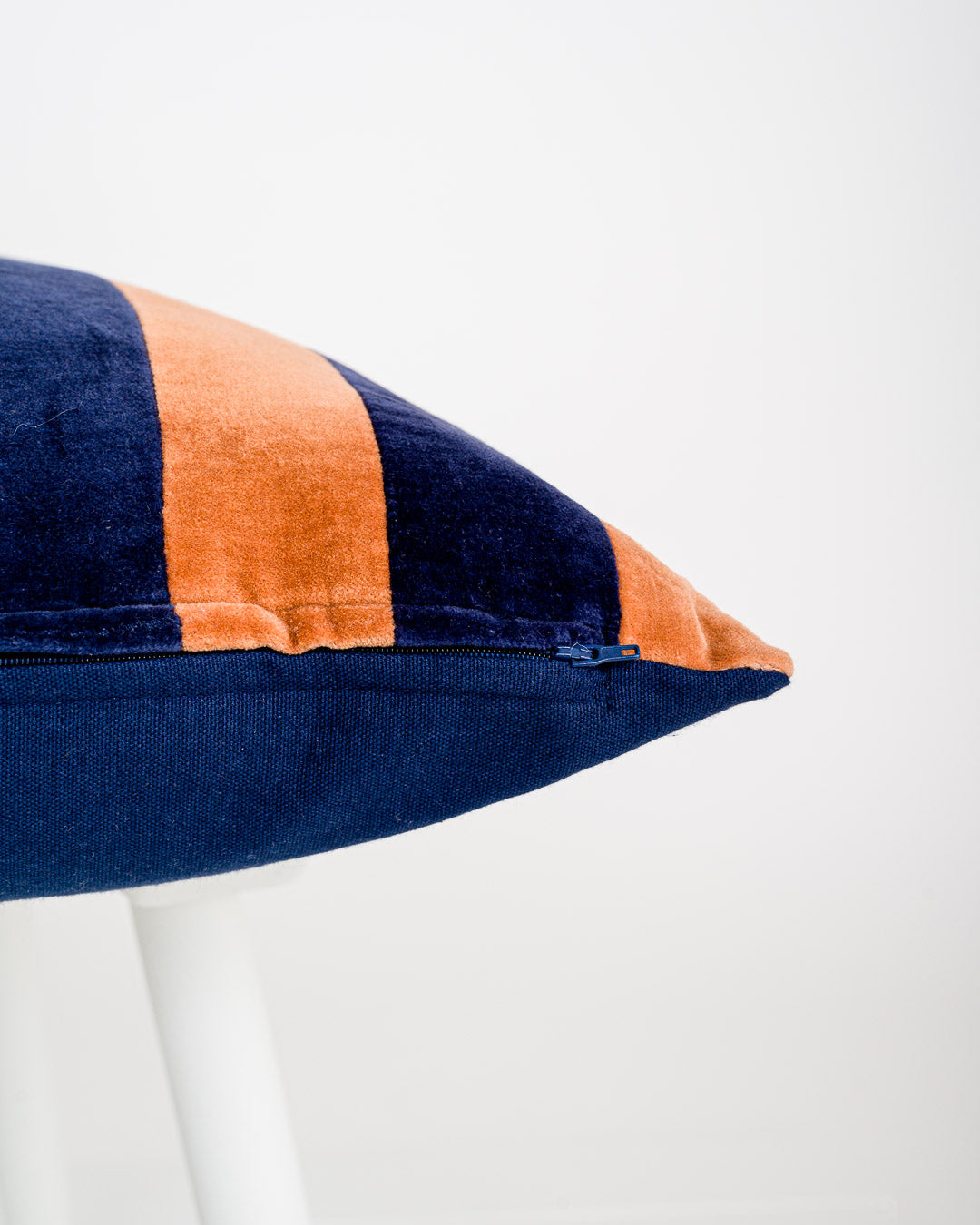 HKliving // Striped Velvet Kissen mit Füllung Blue-Orange