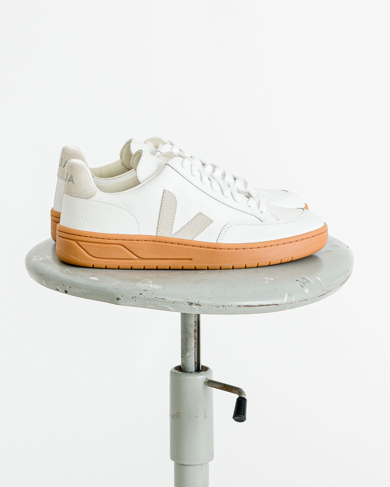 Veja Men  // V-12 men natural sole extra white