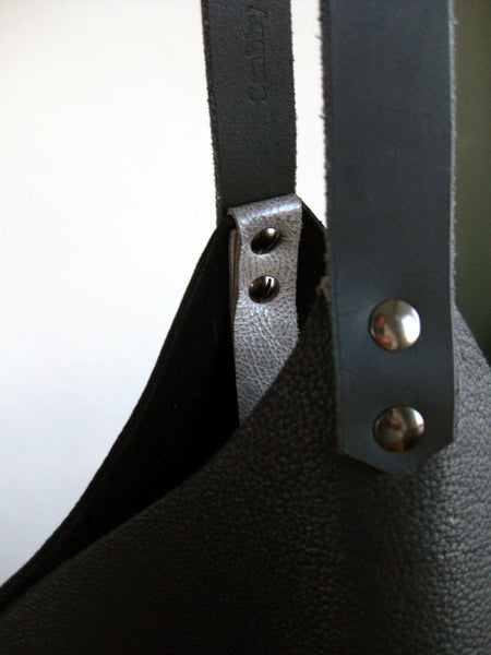 Wedge bag - True black bull hide