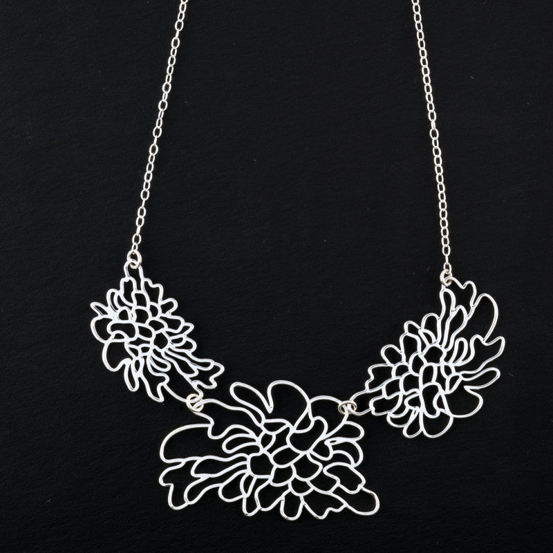 Triple Contour Flower Short Necklace