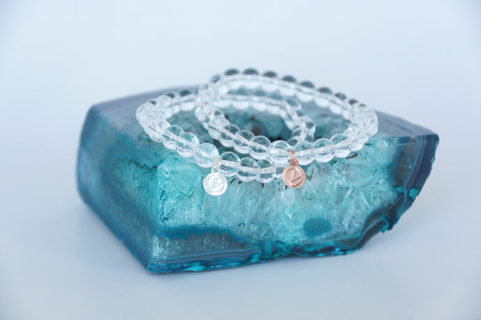 Clear glass bracelet on elastic with silver or rose-gold tag