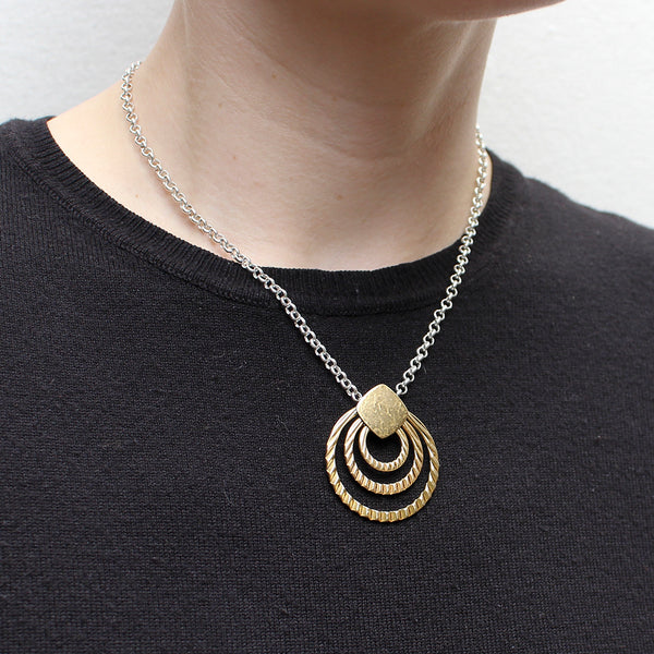Rounded Square with Textured Rings on Link Chain Necklace