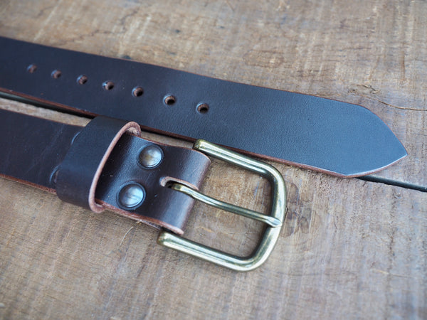1.5 inch brown leather belt with 7 adjustment holes and rounded brass buckle