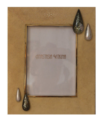 This Anastasia Vitkina frame is rendered in ivory shagreen, black mother of pearl and silver leaf drop detail and features a natural look and a geometric shape.