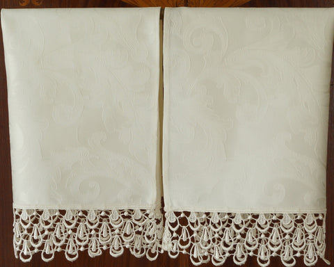Lovely guest towel made of Italian cotton damask in soft cream or white and trimmed with charming, tear drop lace.