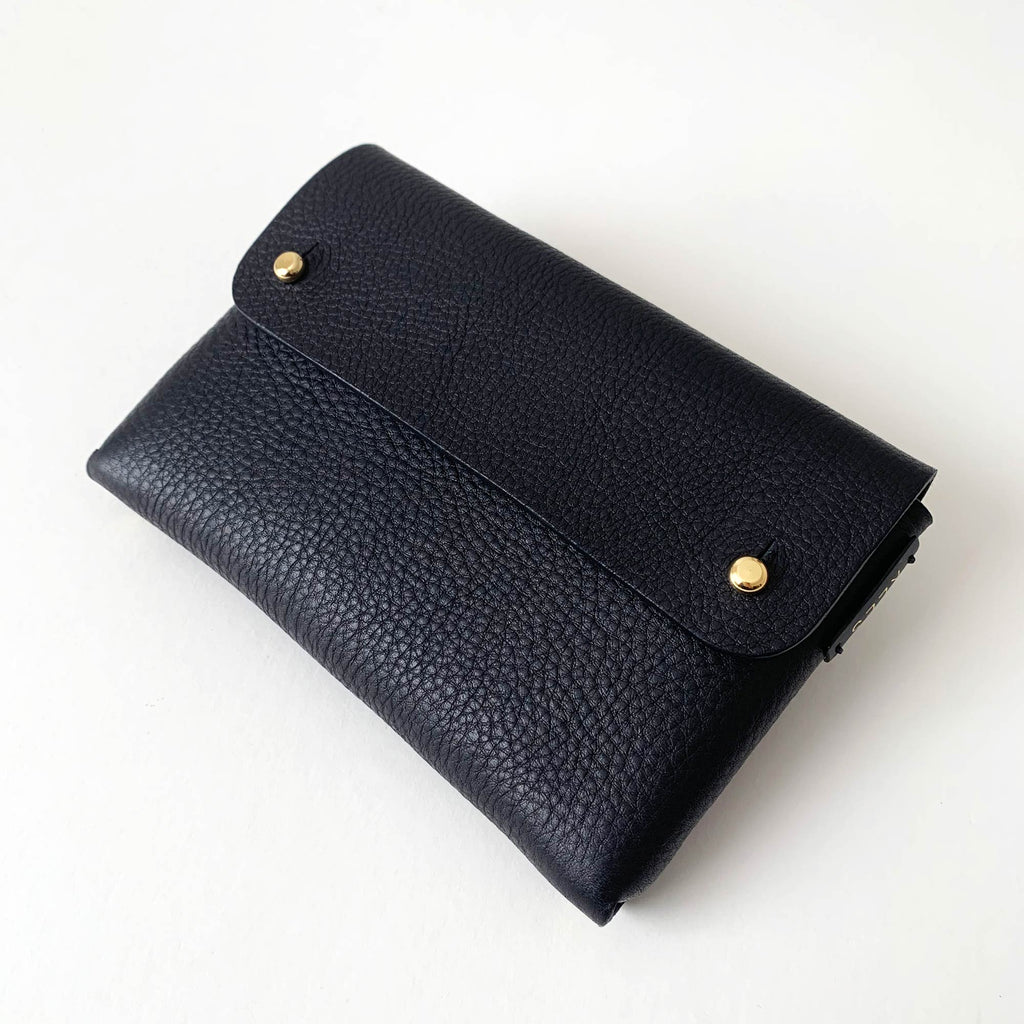 Side view of the MONA pouch
