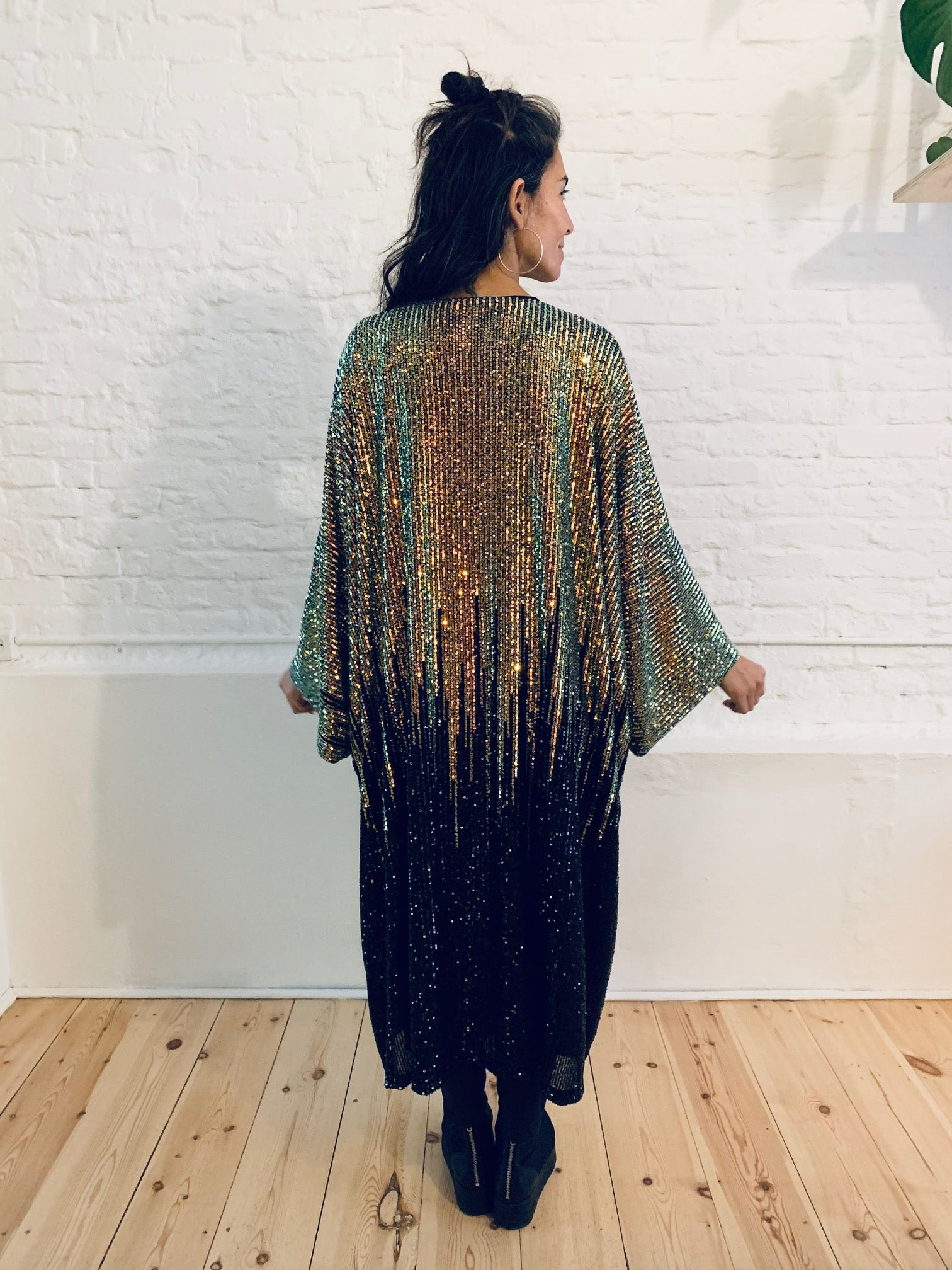 Devi cape black gold sequins