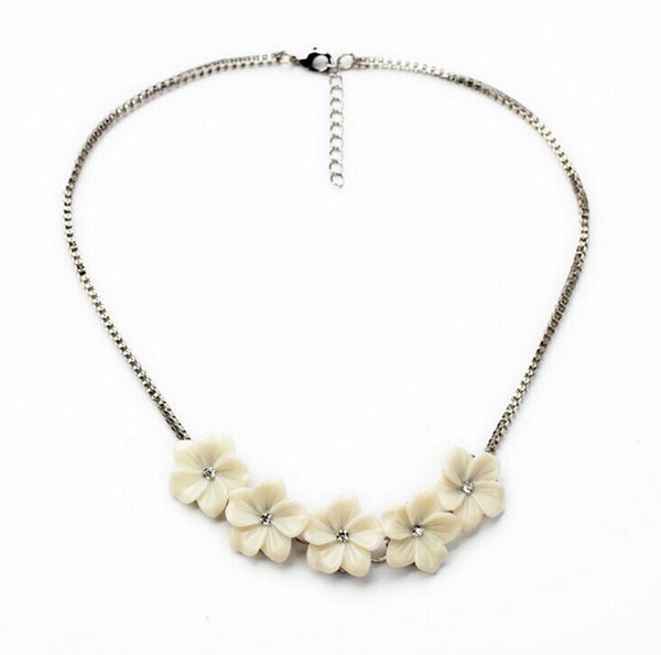 Dainty White Flowers necklace