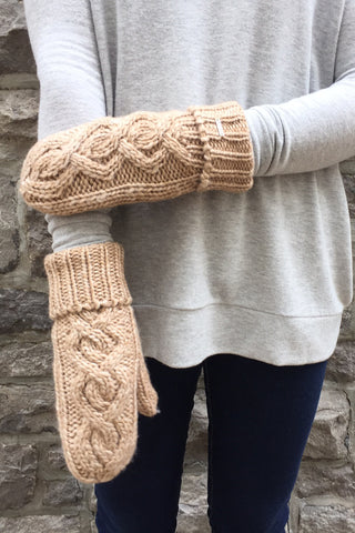 Red Robin Mittens in Beige