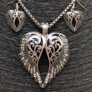ANGEL WING BLK/RHINESTONE PENDANT SET ON STAINLESS STEEL