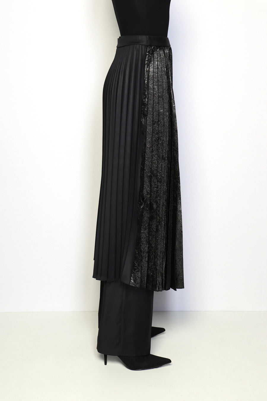 BLACK METALIC PLEATED SKIRT