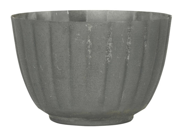 Plant pot with grooves