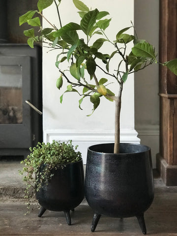 Set of 2 planters w/feet