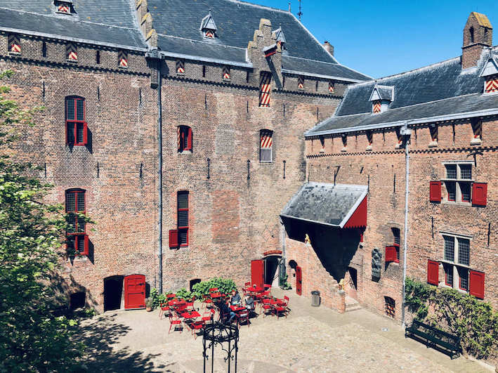 image of the tavern's terrace in the courtyard of amsterdam castle