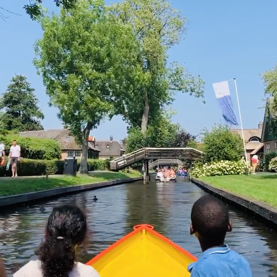 day trip from Amsterdam to giethoorn for a private boat ride with tulip day tours